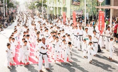 3000 karatekas pour un kata à Okinawa